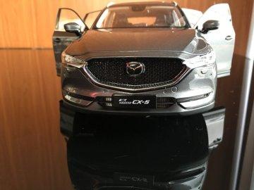 【车模名称】:马自达CX5 【车模品牌】:原厂车模 【车模比例】:1:18 今天介绍的这款车模为马自达原厂车模,售价不算太高,精致度非常的不错的,这是一台1:18比例的车模,铂钢灰看起来确实很大气,但是不如水晶魂动红那般耀眼。 第二代马自达的前脸采用了全新的设计理念,全黑色网格进气格栅变得更大更有质感,电镀中网下缘延伸至大灯融为一体的设计显得非常精致。 修长的车头很酷,全系标配Led大灯,大灯的造型非常犀利,如果再熏黑会更有质感。 CX5的侧面设计也足够时尚,没有过多的点缀,也没有采用流行的悬浮车顶设计,很有自己的特点显得很优雅,运动范十足。 整个车尾部设计层次感非常强,高配车型还带有电动后尾门,led尾灯点亮后很帅,双排气再粗壮一些会更棒,这台车模精细度确实很棒!