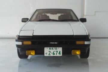 模型:AE86头文字D剧场版觉醒 比例:1:18 品牌:奥图亚 简介:车身合金底盘塑料,前轮联动转向,四开,独立跳灯,四轮无避震,带藤原豆腐一箱。