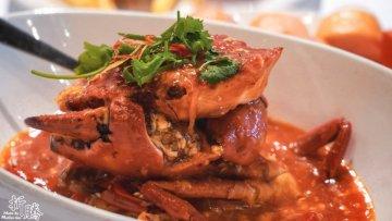 Sessions辣椒螃蟹新味餐厅 非常值得吃货打卡的地方餐厅,尤其是想觅得地道 新加坡 味道的朋友,可以看到厨师现场制作,安心又卫生  🔻🦀新加坡国菜辣椒螃蟹 螃蟹自是极品,但酱汁才是这道菜最闪耀的主角,甜中带咸,口感微辣,让人每一口都充满幸福感。拨开蟹壳时,酱汁会沾得满手都是,此时,不吮指赏味绝非可能! 酱汁以番茄和辣椒泥烹煮而成,再以打散的蛋液制造出丝丝浓稠,实在是妙不可言。  🔻🍖东南亚风情秘制烤猪肋排 照片上看不出来有多大,但是看过我吃货游记的蜂蜂们都应该很清楚我的大胃,这个猪排,我吃了三分之一就觉得饱了,可见性价比有多高,超大超好吃,配上薯条和小菜,完全不会觉得油腻,只恨自己的胃不够大!  🔻🥗沙拉吧是我最喜欢的可以自己调配的设计 住在硬石酒店吃饭很方便,直接下楼就可以享用美味大餐  📍地址:圣淘沙名胜世界, 新加坡 HardRock酒店大堂  ⏰营业时间 早餐自助餐: 上午7点半至上午10点半  🦀螃蟹宴美食区: 午餐:下午12点至下午2点半 晚餐:傍晚6点至晚上10点(周日至周四)  🍴周末自助大餐: 傍晚6点至晚上9点半(周五至周六)